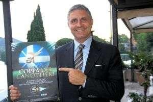Il Presidente del Circolo Canottieri Lazio Raffaele Condemi con la locandina della Coppa dei Canottieri 2015