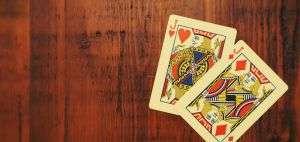 Due carte da burraco su un tavolo