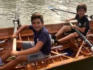 I ragazzi under 12 dell'Unione Rugby Capitolina in barca con il CC Lazio