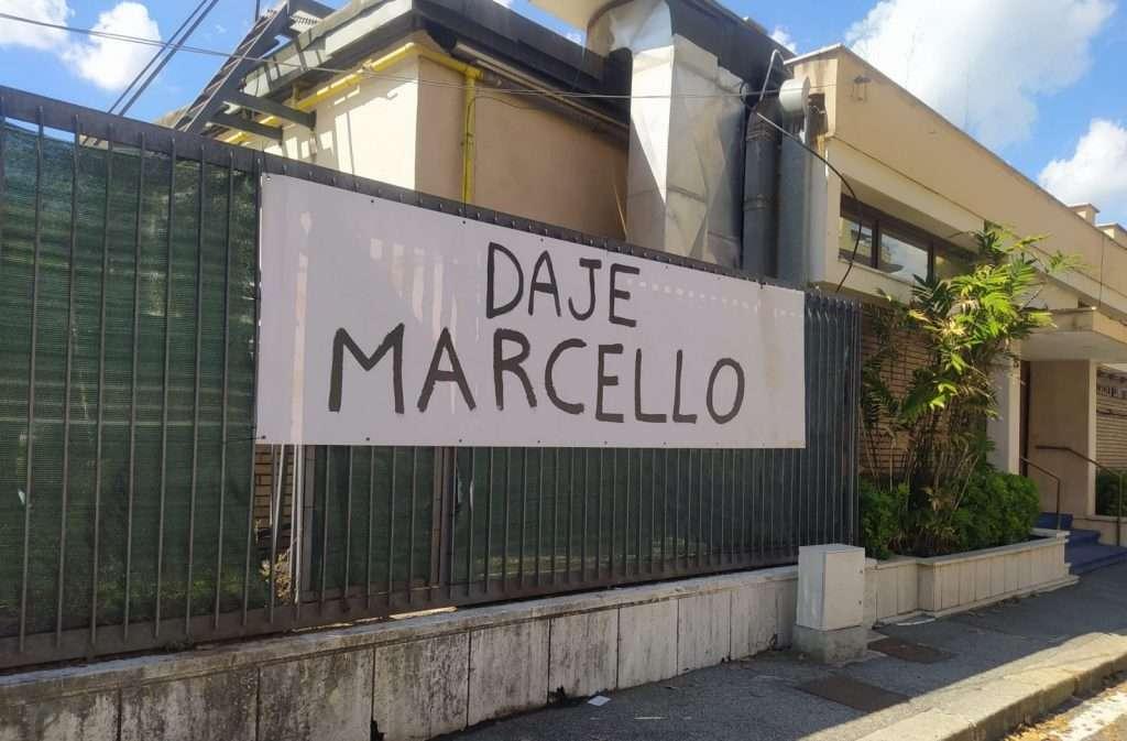 Striscione dedicato a Marcello Foti, in gara alla Maratona di Roma 2021